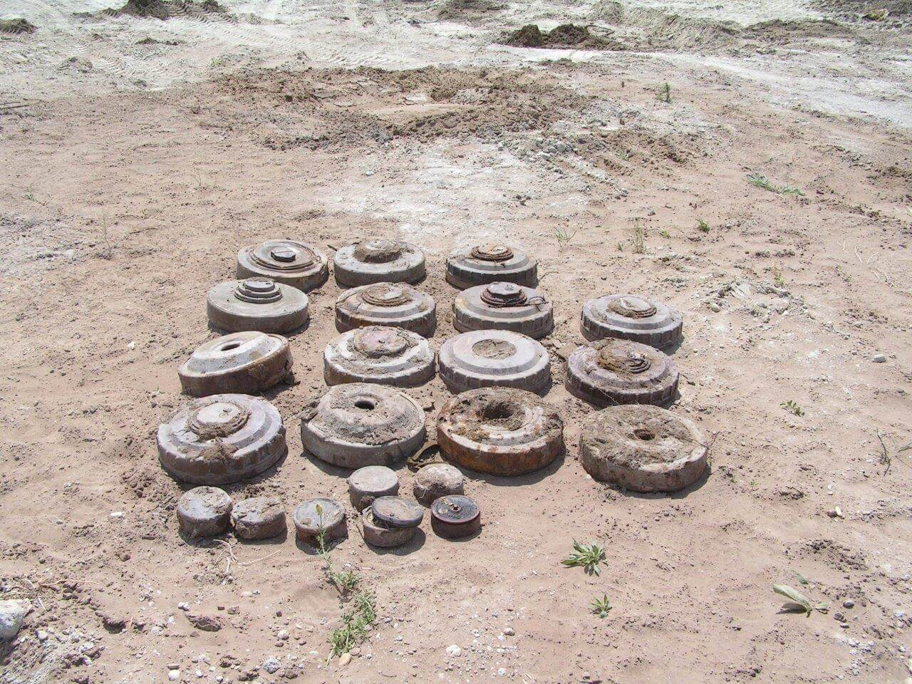 Győr,volt szovjet katonai terület lőszermentesítése során műszerekkel felkutatott, harckocsi és gyalogság elleni aknák